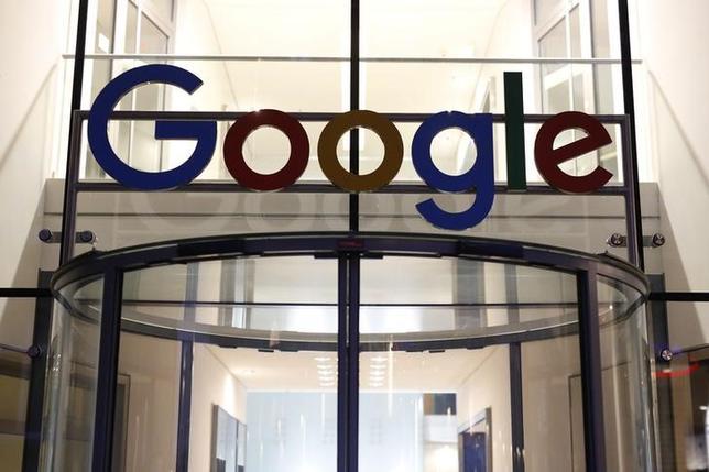 10月1日、ロイターが入手した欧州連合(EU)の文書によると、EUの反トラスト当局は米グーグルに対し、同社の検索エンジンをプレインストールすることに応じたスマートフォンメーカーへの報奨金支払い中止を命じる方針で、多額の罰金を科す可能性があると同社に警告したことが分かった。写真はハンブルクで7月撮影(2016年 ロイター/Morris MacMatzen)