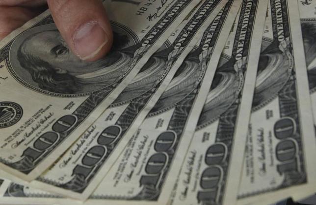 10月3日、正午のドル/円は、30日ニューヨーク市場午後5時時点に比べ、若干ドル高/円安の101.41/43円。写真は都内で2010年11月撮影(2016年 ロイター/Issei Kato)
