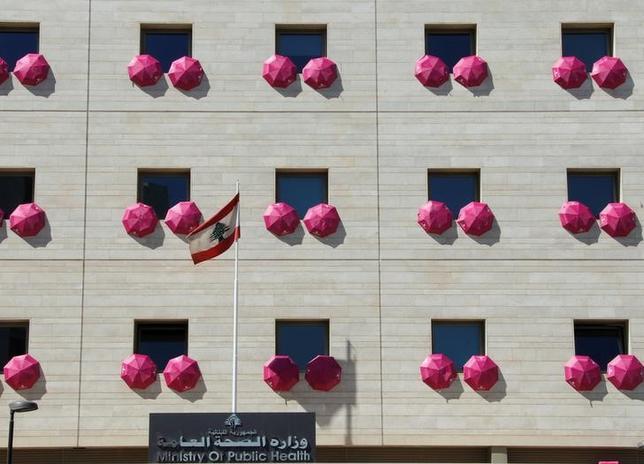 9月30日、レバノンの首都ベイルートで、乳がん予防に対する認識を高める目的で保健省施設の窓や周辺にピンク色の傘が飾られた(2016年 ロイター/Mohamed Azakir )