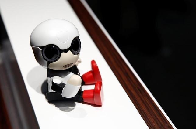 10月3日、トヨタ自動車は、手のひらサイズの対話型ロボット「KIROBO mini(キロボミニ)」を2017年に全国のトヨタ車両販売店で発売すると発表した。都内記者会見会場で9月撮影(2016年 ロイター/Kim Kyung-Hoon)