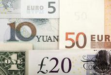 Банкноты разных стран. Британский фунт установил минимум семи недель в понедельник после того как Великобритания назначила дату начала выхода из ЕС на март 2017 года, доллар укрепился на фоне снижения опасений из-за Deutsсhe Bank, а инвесторы ждут выхода данных о занятости в США на этой неделе. REUTERS/Kacper Pempel/Illustration/File Photo