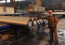 Рабочий на Саяногорском алюминиевом заводе Русала. Производственная активность в России продолжила рост в сентябре 2016 года благодаря сильнейшему за последние 22 месяца расширению производства и уверенному увеличению числа новых заказов, сообщили аналитики Markit.   REUTERS/Ilya Naymushin (RUSSIA - Tags: BUSINESS)