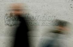 A part Londres qui gagne plus de 1% pour évoluer à un pic de 16 mois, les Bourses européennes sont en modeste hausse lundi à la mi-séance et Wall Street devrait suivre une évolution similaire, soutenues par une progression des valeurs pétrolières et celles liées aux matières premières suite au retournement à la hausse des cours du pétrole. À Paris, le CAC 40 prend 0,29% (+12,95 points) à 4.461,21 points vers 10h40 GMT et, à Londres, le FTSE avance de 1,22%. La Bourse de Francfort est fermée pour cause de journée fériée célébrant l'unification de l'Allemagne. L'indice paneuropéen FTSEurofirst 300 progresse de 0,17%, l'EuroStoxx 50 de la zone euro de 0,05% et le Stoxx 600 de 0,21%. /Photo d'archives/REUTERS/Stephen Hird