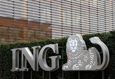 ING Group planea eliminar 7.000 puestos de trabajo e invertir en su negocio bancario digital con el objetivo de lograr un ahorro anual de 900 millones de euros en 2021, dijo la compañía de servicios financieros más grande de Holanda el lunes. En la imagen, el logo de ING en Brsuelas, el 3 de octubre de 2016. REUTERS/Francois Lenoir