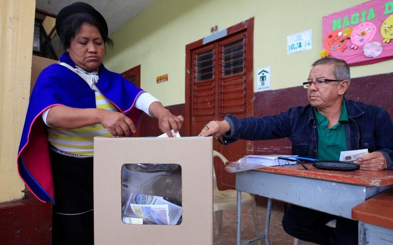 A Colombian Guambiano indigenous woman votes in a referendum on a peace deal between the government and Revolutionary Armed Forces of Colombia (FARC) rebels in Silvia, Colombia, October 2, 2016. REUTERS/Jaime Saldarriaga