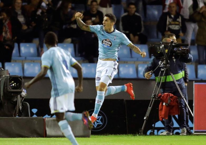 Football Soccer - Spanish Liga Vigo - Celta Vigo v FC Barcelona - Balaidos, Vigo, Spain - 02/10/16 Celta Vigo's Pablo Hernandez celebrates his goal against FC Barcelona.  REUTERS/Miguel Vidal