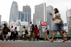Personas cruzando la calle en el distrito de Shinjuku en Tokio, Japón. 29 de septiembre de 2016. La confianza entre los grandes fabricantes japoneses fue estable en los tres meses a septiembre y el ánimo del sector de servicios declinó a su nivel más bajo en casi dos años, mostró el lunes la encuesta Tankan del Banco de Japón, lo que subraya una frágil recuperación económica. REUTERS/Toru Hanai