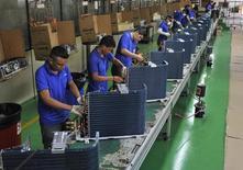 Empleados trabajan en la línea de producción de una fábrica en Manaos, Brasil. 24 de junio de 2014. La actividad manufacturera de Brasil siguió cayendo en septiembre debido a que una divisa más fuerte pesó sobre las exportaciones, un obstáculo para una esperada recuperación económica, mostró un sondeo el lunes. REUTERS/Jianan Yu