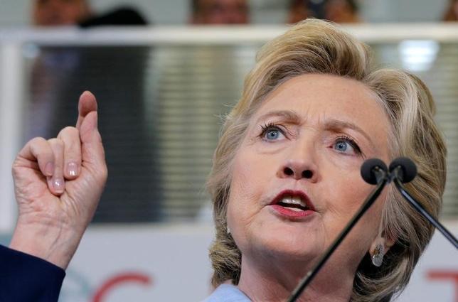 10月3日、米民主党のヒラリー・クリントン大統領候補(写真)は、激戦州のオハイオで演説し、米銀大手ウェルズ・ファーゴが顧客に無断で口座開設などを行なっていた問題をめぐり、「悪質な企業行為」の責任を負わせると表明した(2016年 ロイター/Brian Snyder)