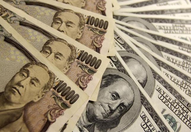 10月4日、正午のドル/円は、前日ニューヨーク市場午後5時時点に比べてドル高/円安の102.24/26円。写真は都内で2009年11月撮影(2016年 ロイター/Yuriko Nakao)