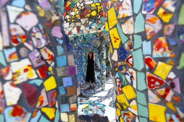 9月29日、米カリフォルニア州ロサンゼルスの一画であるベニスには、数多くの陶磁器やユーモラスな土産物、手焼きのタイルが、壁や床一面に飾られた「モザイクタイル・ハウス」がある。8月撮影(2016年 ロイター/Mario Anzuoni)