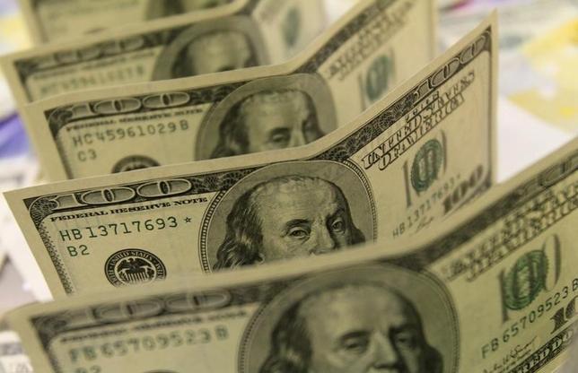 10月4日、午後のドル/円は、102円前半でのもみ合いとなった。午前中には一時102.39円に上昇する場面があったが、その後はじりじりと水準を切り下げた。写真の米ドルはハンガリー・ブダペストで2011年8月撮影(2016年 ロイター/Bernadett Szabo)