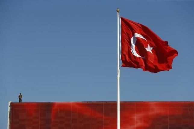 10月4日、トルコ警察は、7月のクーデター未遂の首謀者と断定した米国在住のイスラム指導者ギュレン師およびそのネットワークとの関係が疑われるとして、警官1万2801人が停職処分を受けたとの声明を発表した。写真はイスタンブールで7月撮影(2016年 ロイター/Osman Orsal)