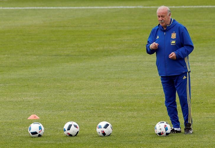 Football Soccer - Euro 2016 - Spain Training - Complexe Sportif Marcel Gaillard, Saint Martin de Re, France - 15/6/16 - Spain's coach Vicente del Bosque attends a training session. REUTERS/Albert Gea/Files