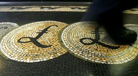 Una persona camina sobre un mosaico con el símbolo de la libra esterlina en la entrada del Banco de Inglaterra, en Londres, 25 de marzo de 2008. La libra esterlina se desplomó el martes a un mínimo en más de tres décadas contra el dólar por las preocupaciones crecientes de que la salida de Reino Unido de la Unión Europea afectará a su economía. REUTERS/Luke MacGregor/File Photo