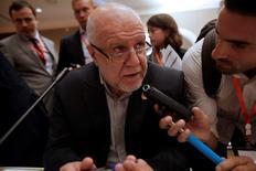 El ministro de Petróleo iraní Bijan Zanganeh, habla con periodistas durante el Foro Internacional de Energía, en Algiers, Argelia. 27 de septiembre de 2016. El ministro del Petróleo de Irán dijo que la cooperación de los países productores ajenos a la Organización de Países Exportadores de Petróleo (OPEP) jugará un papel importante en la estabilización de los precios del crudo, reportó el sitio web oficial del ministerio, SHANA. REUTERS/Ramzi Boudina