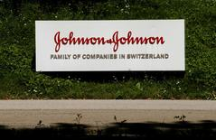 Johnson & Johnson a fait savoir à des patients qu'il avait été informé d'un risque de piratage informatique de l'une de ses pompes à insuline, jugeant toutefois que ce risque était faible. /Photo prise le 20 juillet 2016/REUTERS/Arnd Wiegmann