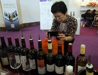 Salon du vin à Pékin. Les exportations de vins de Bordeaux ont été marquées sur la période de juillet 2015 à juin 2016 par une forte progression des expéditions vers la Chine (+22%) dans un volume global en baisse de 2%, notamment à cause de l'Europe. /Photo d'archives/REUTERS/Kim Kyung-Hoon