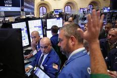 Operadores trabajando en la bolsa de Wall Street en Nueva York, oct 3, 2016. Las acciones de Wall Street subían el martes, impulsadas por un alza en los títulos tecnológicos y un rebote en los del Deutsche Bank.   REUTERS/Lucas Jackson