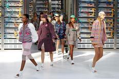 Modelos apresentam criações do estilista alemão Karl Lagerfield para a Chanel durante a Semana de Moda de Paris 04/10/2016 REUTERS/Charles Platiau