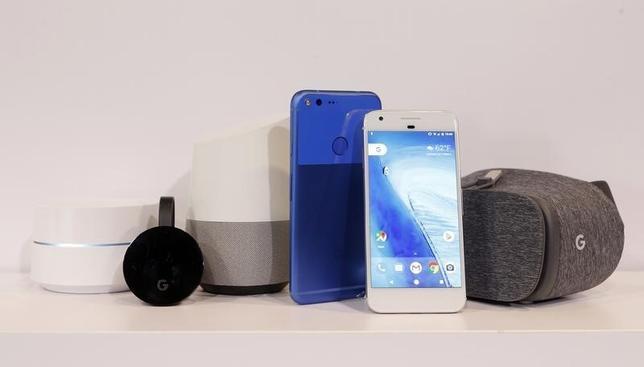 10月4日、米アルファベット傘下のグーグルは、新型スマートフォン「ピクセル」(写真中央)と仮想現実ヘッドセット「デイドリーム・ビュー」(同右)、スピーカー型の音声認識端末「グーグル・ホーム」(同左から3番目)などを発表した。(2016年 ロイター/Beck Diefenbach)