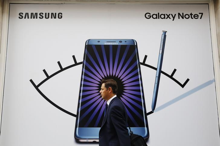 A man walks past an advertisement for the Samsung Galaxy Note 7 in London, Britain, September 2, 2016.  REUTERS/Luke MacGregor/File Photo