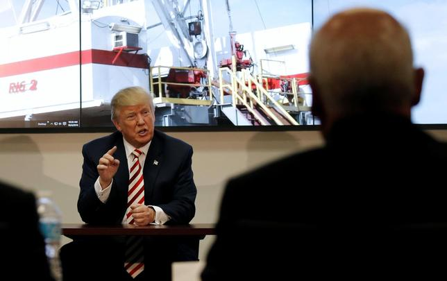 U.S. Republican presidential nominee Donald Trump meets with energy executives during a campaign stop in Denver, Colorado, U.S., October 4, 2016.  REUTERS/Mike Segar