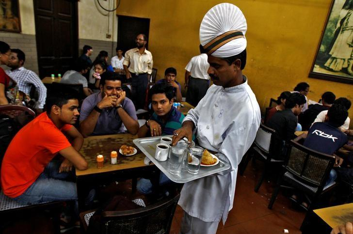 A waiter serves coffee to customers inside an Indian coffee house in Kolkata June 20, 2014.   REUTERS/Rupak De Chowdhuri/File Photo