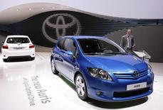 Toyota Auris на автошоу в Женеве. Японский автопроизводитель Toyota отзывает 219.811 автомобилей Toyota и Lexus из-за возможной утечки топлива, сообщил в среду Росстандарт.     REUTERS/Valentin Flauraud