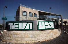 Teva Pharmaceutical Industries a annoncé mercredi la vente des activités de génériques d'Allergan au Royaume-Uni et en Irlande au laboratoire indien Intas Pharmaceuticals pour 603 millions de livres (686 millions d'euros). La Commission européenne avait demandé cette cession en échange de son feu vert à l'acquisition par le groupe israélien d'Actavis Generics, la division de génériques d'Allergan. /Photo d'archives/REUTERS/Baz Ratner
