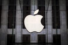El logo de Apple en una tienda de la compañía en Manhattan, jul 21, 2015. Apple Inc, Alphabet Inc y Coca-Cola Co encabezaron la lista de las 100 compañías más valiosas del mundo en 2016, mientras que las marcas de tecnología y automóviles dominaron los rankings generales, según un reporte de la consultora Interbrand.  REUTERS/Mike Segar/File Photo