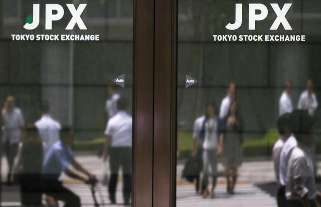 10月6日、前場の東京株式市場で、日経平均株価は前営業日比96円70銭高の1万6915円94銭となり、4日続伸した。写真は都内にある東京証券取引所で昨年6月撮影(2016年 ロイター/Thomas Peter)