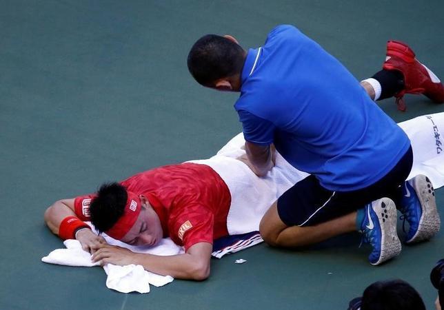 10月5日、男子テニスの楽天ジャパン・オープン、シングルス2回戦、世界ランク5位で第1シードの錦織圭(左)はジョアン・ソウザとの試合中に臀部を負傷し、第1セット途中で棄権を余儀なくされた(2016年 ロイター/Kim Kyung-Hoon)
