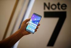 Un modèle de remplacement du smartphone Galaxy Note 7 de Samsung Electronics rappelé pour risque d'explosion a commencé à émettre de la fumée dans un avion américain mercredi. Cet incident à déclenché de nouvelles enquêtes de la Commission américaine de protection des consommateurs (CPSC) et de l'administration fédérale d'aviation civile (FAA). /Photo prise le 11 août 2016/REUTERS/Kim Hong-Ji