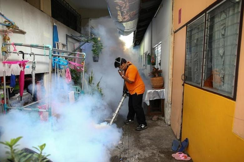 A city worker fumigates the area to control the spread of mosquitoes at a university in Bangkok, Thailand, September 13, 2016.  REUTERS/Athit Perawongmetha/File Photo