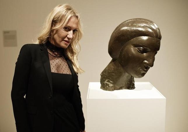 10月6日、パブロ・ピカソが描いた家族や友人、恋人らの肖像画・彫刻を集めた展覧会が英ロンドンのナショナル・ポートレート・ギャラリーで始まった。写真は展覧会に訪れた孫娘のダイアナ・ウィドマイヤー・ピカソさんと、祖母でピカソの恋人の1人だったマリー・テレーズ・ウォルターの彫刻。5日撮影(2016年 ロイター/Dylan Martinez)
