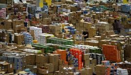 La facturación del comercio electrónico en España aumentó un 21,5 por ciento en el primer trimestre del año pasado, sumando 5.300 millones de euros, según un informe publicado el jueves por la Comisión Nacional de Mercados y la Competencia (CNMC). En la imagen, un almacen de Amazon en Leipzig,  Alemaniam, el 3 de diciembre de 2008.    REUTERS/Fabrizio Bensch