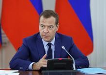Дмитрий Медведев на встрече в Пскове, посвященной развитию регионов. Цены на нефть не оправдали надежд российских властей, оказавшись ниже прогнозов, что повлекло за собой сокращение доходов федерального бюджета на 370 миллиардов рублей, сказал премьер Дмитрий Медведев, назвав приемлемым уровень разросшейся дыры в казне. REUTERS/Dmitry Astakhov/Sputnik/Pool -