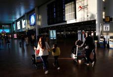 La demanda global de viajes aéreos creció un 4,6 por ciento en agosto, por debajo del aumento del 6,4 por ciento en julio, dijo el jueves la Asociación Internacional de Transporte Aéreo (IATA). En la imagen,  unos pasajeros en la terminal de salidas del aeropuerto de internacional de Zaventem, cerca de Bruselas, el 10 de agosto de 2016. REUTERS/Francois Lenoir/File Photo