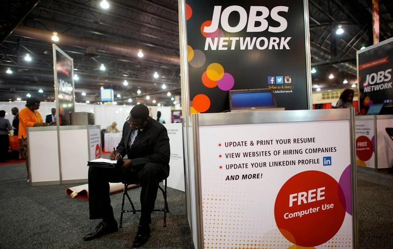 A job-seeker completes an application at a career job fair in Philadelphia, Pennsylvania, U.S. July 25, 2013.  REUTERS/Mark Makela/File Photo