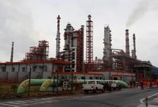 НПЗ Essar Oil в Вадинаре, Индия. Цены на нефть достигли четырёхмесячного пика в четверг, поддерживаемые данными о неожиданно большом падении запасов в США и растущими надеждами на то, что крупнейшие в мире производители договорятся о сокращении производства.   REUTERS/Amit Dave