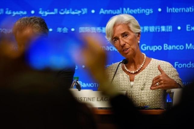 10月6日、ラガルドIMF専務理事はドイツ銀行を含め大手行の多くは事業モデルを見直す必要があるとの考えを示した。IMF・世銀会合で会見する同氏。(2016年 ロイター/JAMES LAWLER DUGGAN)