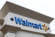 Una tienda Walmart en Encinitas, California. 13 de abril de 2016. Wal-Mart Stores Inc rechazó una propuesta de fiscales estadounidenses para pagar al menos 600 millones de dólares para lograr un acuerdo que acabe con una investigación de corrupción sobre las prácticas de la compañía en mercados como México, India y China, informó Bloomberg, citando fuentes familiarizadas con el tema. REUTERS/Mike Blake/File Photo