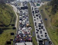 Protesto na rodovia Presidente Dutra, em São José dos Campos, Brasil 14/08/2015 REUTERS/Paulo Whitaker