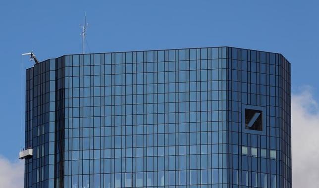 10月6日、ドイツ銀行(写真)は、法務費用の負担増で必要となった場合に備え増資を含めた選択肢を模索するため、証券会社と非公式な協議に入ったもようだ。5日撮影(2016年 ロイター/Kai Pfaffenbach)