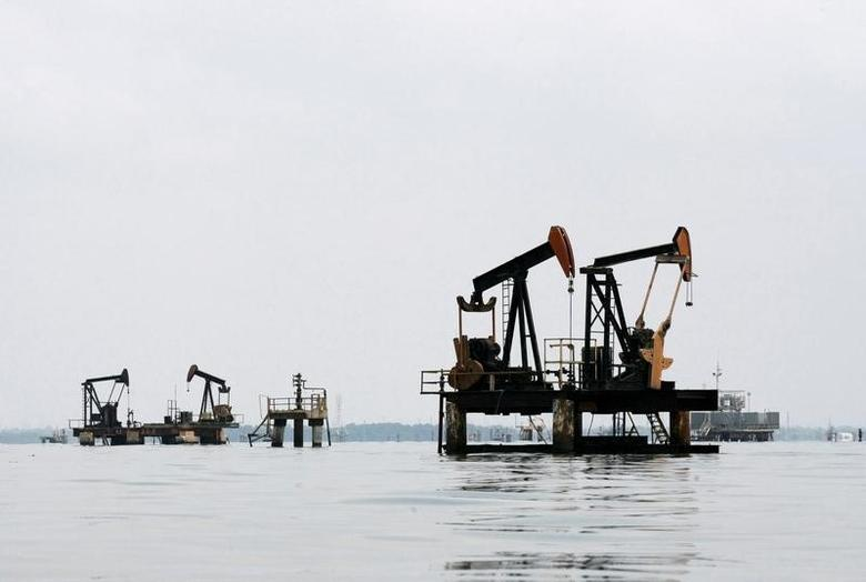 Oil pumps are seen in Lake Maracaibo, in Lagunillas, Ciudad Ojeda, in the state of Zulia, Venezuela, March 20, 2015.REUTERS/Isaac Urrutia/File Photo