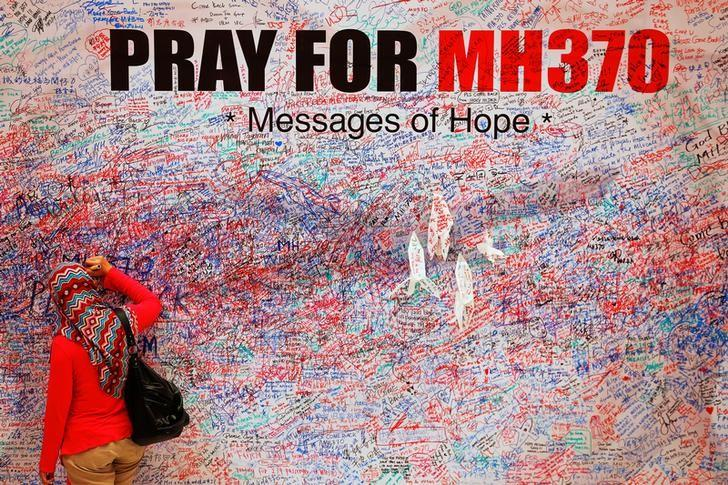 A woman leaves a message of support and hope for the passengers of the missing Malaysia Airlines MH370 in central Kuala Lumpur March 16, 2014.  REUTERS/Damir Sagolj/File photo