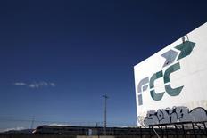 FCC dijo el viernes que emitirá un máximo de 1,52 millones de acciones para convertir en acciones el saldo remanente de 32,75 millones de euros de una emisión de bonos convertibles por importe inicial de 450 millones. En la imagen, un tren pasa por delante de un cartel con el logotipo de FCC en Tres Cantos, España, el 29 de febrero de 2016. REUTERS/Susana Vera