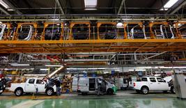 La producción industrial española repuntó en agosto tras una fuerte desaceleración registrado en julio, cuando registró su crecimiento más débil en un año y medio. En esta imagen de archivo, trabajadores de Nissan Motor en la línea de ensamblaje de la fábrica de la compañía en la Zona Franca cerca de Barcelona el 5 de mayo de 2014. REUTERS/Albert Gea