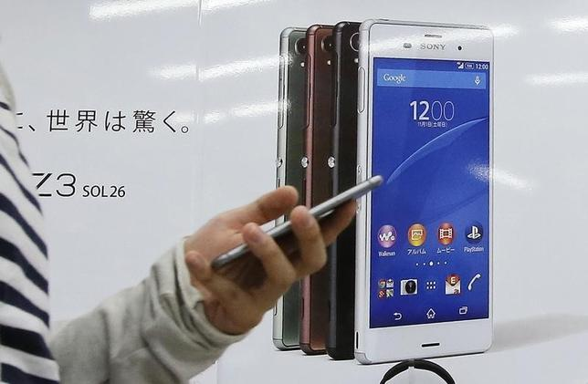 10月7日、総務省は、スマートフォンの「実質ゼロ円」での販売を規制したガイドラインに違反したとして、NTTドコモ、KDDI(au)、ソフトバンクの携帯電話大手3社に行政指導した。写真は都内で2014年10月撮影(2016年 ロイター/Toru Hanai)